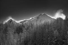 Lanscape venteux de montagne après un jour récent de neige Photographie stock libre de droits