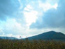 Lansdcape met berg blauwe hemel Royalty-vrije Stock Afbeelding