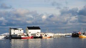 Lansdcape noruego hermoso del invierno con el rorbu multicolor y amarrado pescando las naves en la bahía del archipiélago de Lofo almacen de video