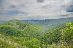 Lansdsape con la valle e le montagne Immagini Stock Libere da Diritti