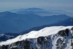 Lansdscape горы Snowy с горой наслаивает, вид на океан на заднем плане, Корсика, Франция стоковое изображение rf