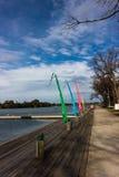 Lanserande ramp för fartyg med färgglade flaggor Royaltyfri Foto