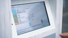 Lansering av att ladda upp process av endrivande bil till och med en digital skärm stock video