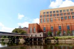 Lansing del centro sul grande fiume Fotografie Stock Libere da Diritti