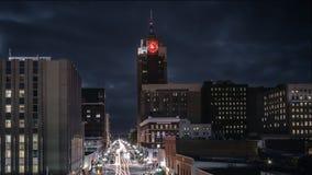 Lansing Michigan Cityscape bij Nacht met Verkeer stock afbeelding