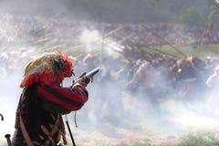 Lansquenetlegosoldatsoldat som siktar ett flintlockvapen royaltyfri fotografi