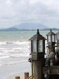 Lantaarn bij de kustlijn Stock Afbeeldingen