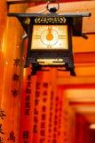 Lantaarn bij het Heiligdom van Fushimi Inari, Kyoto Japan Stock Fotografie