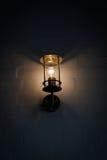 Lantaarn bij muur verlichtende duisternis Royalty-vrije Stock Foto