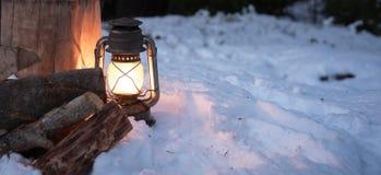 Lantaarn in de bosverlichting tot karbonadebrandhout royalty-vrije stock foto's