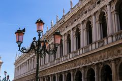 Lantaarn in de bouw van achtergrond op piazza San Marco in Venetië, Italië stock fotografie