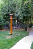 Lantaarn dichtbij de weg in het park Royalty-vrije Stock Foto