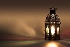 Lantaarn die op gekleurd licht op achtergrond wijzen Royalty-vrije Stock Foto