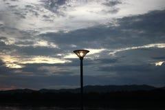 Lantaarn elektrische lamp onder de aard in de avond Royalty-vrije Stock Afbeelding