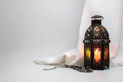 Lantaarn en rozentuinparels met satijndoek op de achtergrond Royalty-vrije Stock Foto