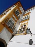 LANTAARN EN VENSTERS OP WITTE GELE VOORGEVEL, EVORA, PORTUGAL Royalty-vrije Stock Fotografie
