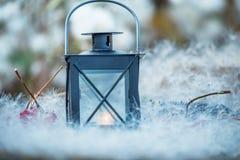 Lantaarn met een kaars binnen onder witte pluizen fabelachtige magische foto Het verhaal van Kerstmis De herfst comfortabel still royalty-vrije stock afbeelding