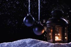 Lantaarn met twee hangende Kerstmisballen Royalty-vrije Stock Afbeeldingen