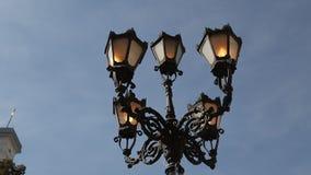 Lantaarn op de Blauwe Hemelachtergrond met Wolken die zich in de Wind bewegen Straatlantaarn in Lviv, de Oekraïne stock footage