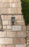 Lantaarn op de steenmuur van het gebouw stock foto