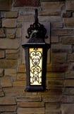 Lantaarn op een bakstenen muur Stock Foto