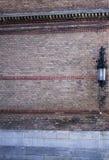 Lantaarn op een bakstenen muur van Chernivtsi-Universiteit Stock Fotografie