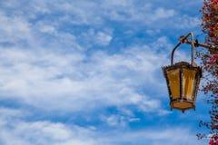 Lantaarn op een blauwe hemel Stock Fotografie