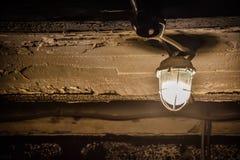 Lantaarn op een concreet plafond in de kelderverdieping royalty-vrije stock fotografie