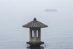 Lantaarn op het meer in de mist Royalty-vrije Stock Foto