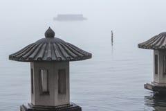 Lantaarn op het meer in de mist Stock Foto