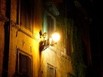 Lantaarn op voorgevel van huis in Rome stock foto's