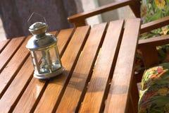 Lantaarn over een houten lijst stock fotografie