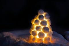 Lantaarn van sneeuw wordt gemaakt die Stock Foto's
