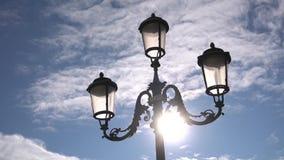 Lantaarn in Venetië tegen de hemel, langzame motie stock videobeelden