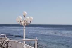 Lantaarnpaal door de oceaan Royalty-vrije Stock Foto