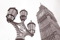 Lantaarnpaal en de Big Ben in Westminster, Londen Stock Afbeeldingen