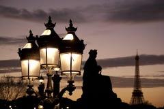 Lantaarnpaal en de Toren van Eiffel, Parijs Stock Foto's