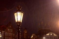 Lantaarnpaal en regenachtige nacht Stock Afbeelding