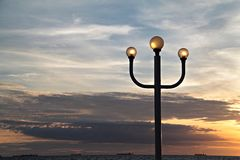 Lantaarnpaal en zonsonderganghemel Royalty-vrije Stock Afbeelding