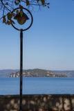 Lantaarnpaal op het Meer Stock Afbeeldingen