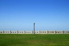 Lantaarnpaal tussen Land en Hemel Stock Afbeeldingen