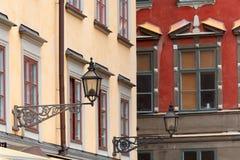 Lantaarnpalen op kleurrijke gebouwen in Stocholm Stock Foto's