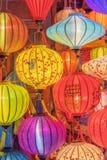 Lantaarns bij oude stadswinkel in Hoi An, Vietnam stock foto's