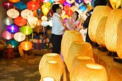 Lantaarns bij oude stadswinkel in Hoi An, Vietnam royalty-vrije stock fotografie