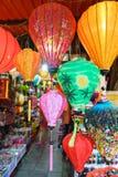 Lantaarns bij oude stadswinkel in Hoi An, Vietnam stock afbeelding