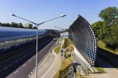Lantaarns dichtbij de bushalte en de geluiddempende tunnel stock foto