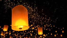 Lantaarns die in nachthemel vliegen Stock Afbeelding