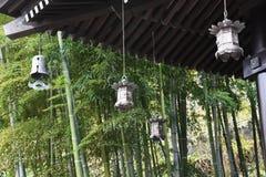 Lantaarns en bamboebos in de Japanse tempel royalty-vrije stock foto