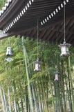 Lantaarns en bamboebos in de Japanse tempel royalty-vrije stock afbeelding