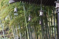 Lantaarns en bamboebos in de Japanse tempel stock afbeelding